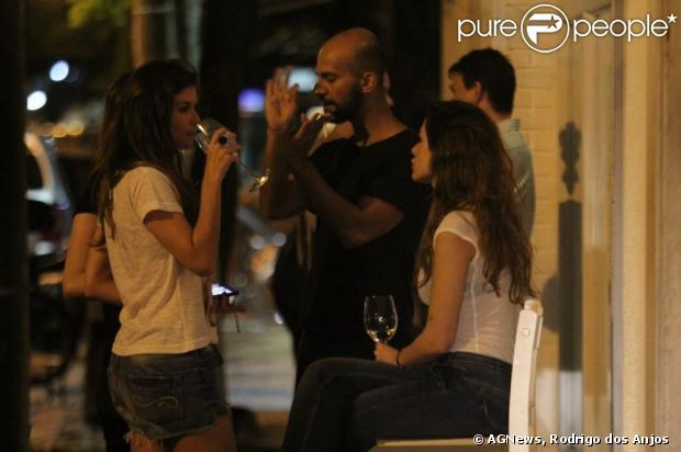 Alinne Moraes janta com amigos em restaurante do Leblon, na zona sul do Rio, em 14 de janeiro de 2013. A atriz, anunciada musa de cervejaria, bebe vinho