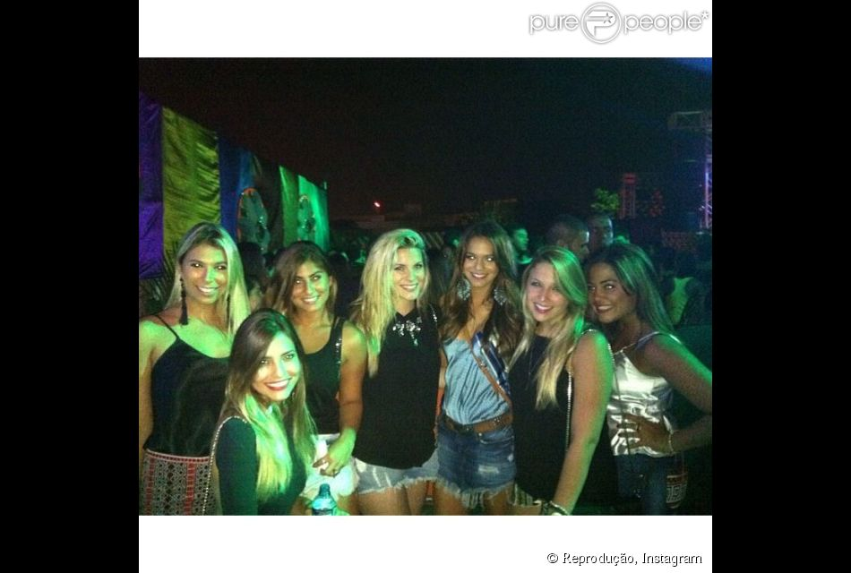 Bruna Marquezine faz noitada com amigas durante o Carnaval de 2014