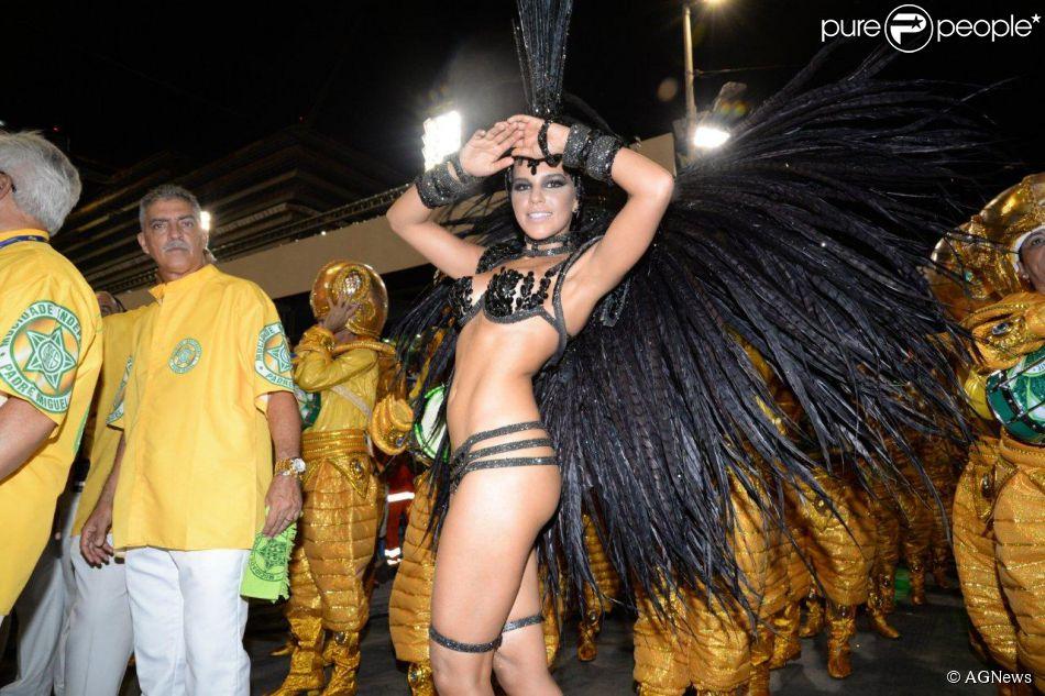 Mariana Rios estreia como rainha de bateria no desfile da Mocidade Independente de Padre Miguel, no Rio de Janeiro, em 3 de março de 2014