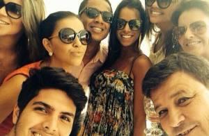 Mariana Rios comemora com amigos após estrear como rainha de bateria, no Rio