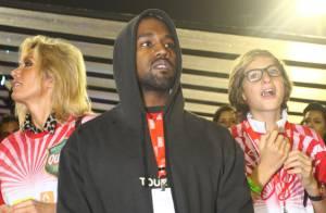 Kanye West assiste aos desfiles das campeãs e deita para relaxar em camarote