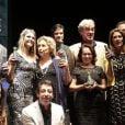 Mateus Solano e Fernanda Lima posam entre os premiado da noite