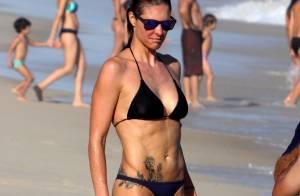 Fernanda Lima joga vôlei e exibe boa forma de biquíni em dia de praia no Rio
