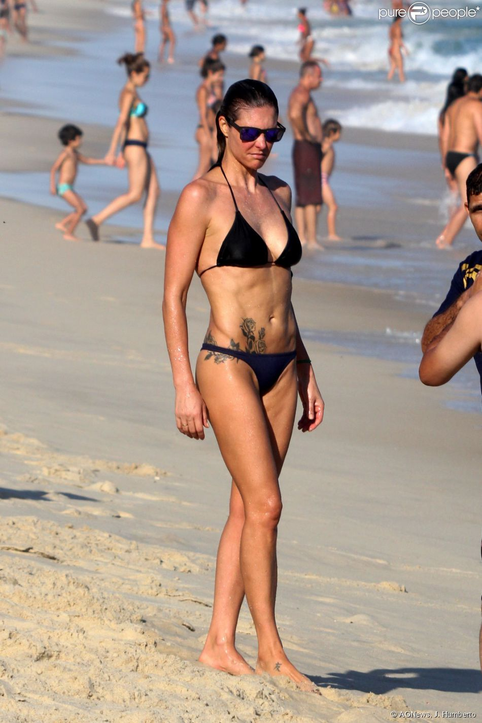 02a1b1ca9934b Fernanda Lima joga vôlei e exibe corpo em forma de biquíni na praia do  Leblon,