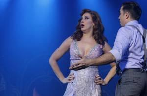 Claudia Raia beija o namorado e exibe pernões em evento de teatro, em SP