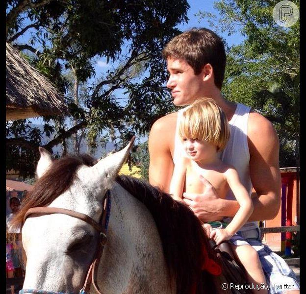 Jonatas Faro viveu um momento paizão e publicou o registro nas redes sociais nesta segunda-feira, 25 de março de 2014. 'Olha como o cara cresceu!', escreveu o ator sobre o filho, Guy