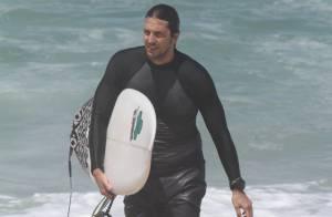 Vladimir Brichta surfa sozinho em praia do Rio de Janeiro