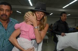 Gisele Bündchen desembarca no Brasil com a filha no colo para desfile da SPFW
