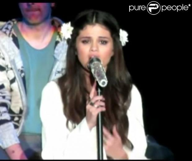 Selena Gomez cantou uma versão de 'Cry Me a River', de Justin Timberlake, em um show em Nova York na noite deste sábado, 19 de janeiro de 2013