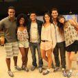 Bruna Marquezine, Bruno Gissoni, Agatha Moreira, Erika Januza, Sacha Bali e Jorge Sá posam para foto durante gravação da novela 'Em Família'