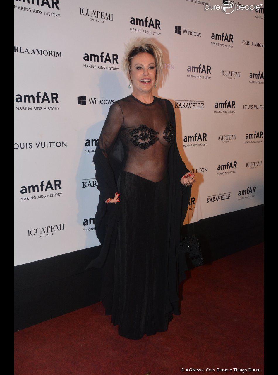 Ana Maria Braga usou vestido com transparência na parte de cima no baile de gala da amfAR, em São Paulo, e foi alvo de críticas nas redes sociais, em 5 de abril de 2014