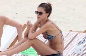 Carol Francischini exibe boa forma em praia carioca após desfilar no Fashion Rio