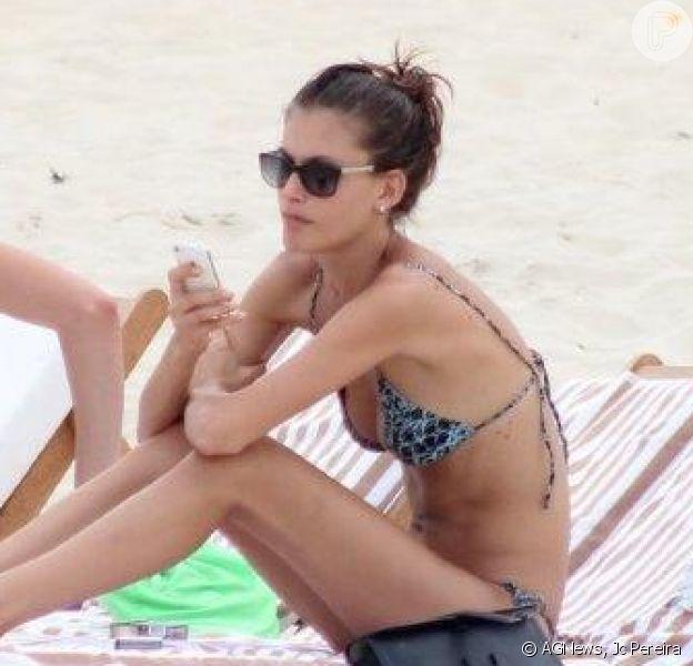 Carol Francischini mostra boa forma  na praia de Ipanema, na Zona Sul do Rio de Janeiro, em 9 de abril de 2014