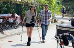 Agatha Moreira grava cenas de 'Em Família' usando muletas e com pé engessado