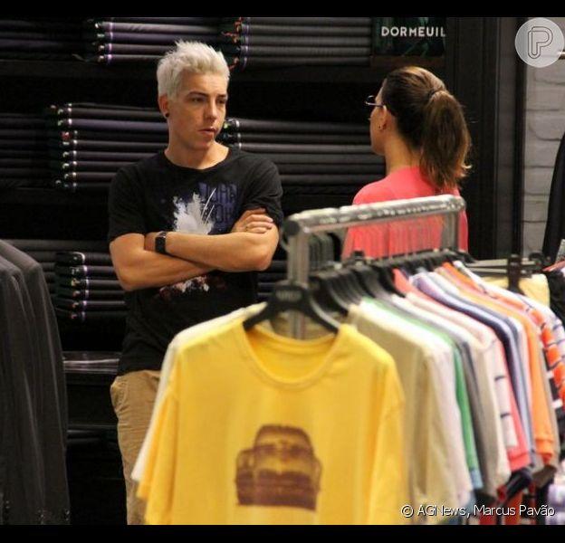 Mariana Rios e Di Ferrero conversam no interior de loja em shopping do Rio; cantor está de visual novo, com os cabelos descoloridos, em 22 de janeiro de 2013