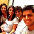 Yanna Lavigne, Mariana Uhlmann, Felipe Simas e Bruno Gissoni posam para foto antes do nascimento de Joaquim