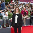 Gia Coppola investe no look boyish no tapete vermelho