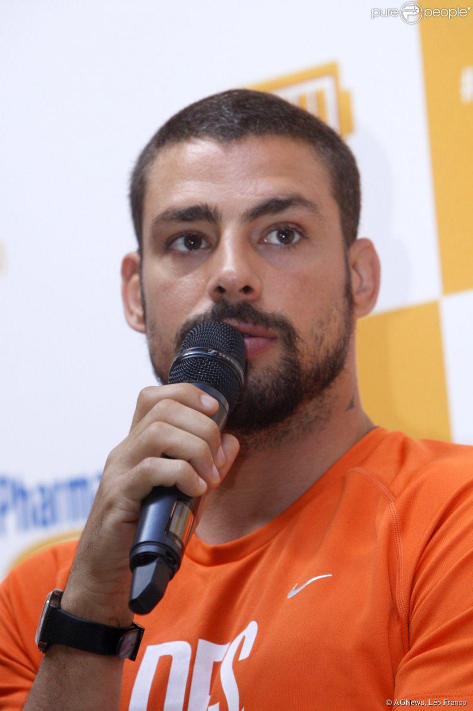 Cauã Reymond participa de evento para divulgar marca de polivitamínico
