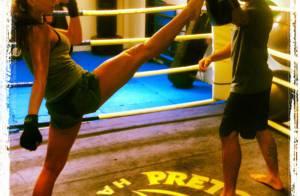 Sabrina Sato mostra flexibilidade durante treino de muay thai