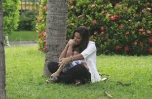 Grávida de quatro meses, Juliana Paes brinca com o filho, Pedro, em pracinha