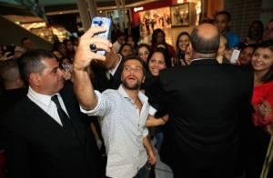 Bruno Gagliasso faz 'selfies' com fãs em evento de moda em São Paulo