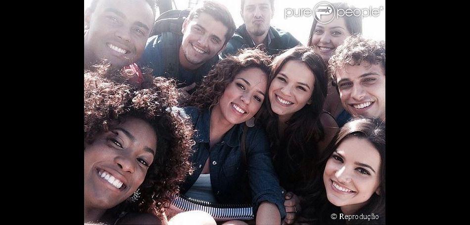 c381d4c6a55 Bruna Marquezine faz selfie estilo Oscar nos bastidores das  grava ccedil  otilde es de