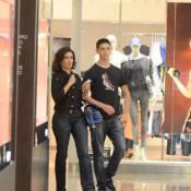 Fátima Bernardes curte passeio no shopping ao lado do filho, Vinícius, no Rio