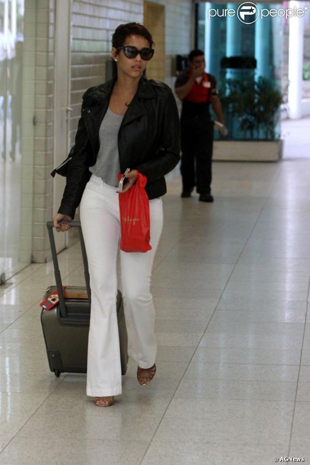 Com um look casual, calça jeans, camiseta e jaqueta de couro, Taís Araújo foi flagrada no aeroporto Santos Dumont, no Centro do Rio, em 23 de janeiro de 2013