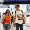 Thiago Lacerda e Vanessa Loes sempre são vistos circulando com roupas confortáveis e, para viajar, não é diferente. No dia 14 de dezembro de 2012, o casal foi visto pelos corredores do Santos Dumont, no Centro do Rio