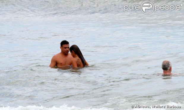 Ronaldo e Paula Morais são flagrados juntos na praia do Leblon, na zona sul do Rio, em 25 de janeiro de 2013
