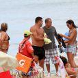 Ronaldo coloca blusa para deixar a praia