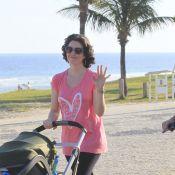 Larissa Maciel passeia com a filha, Milena, de 3 meses, em praia do Rio