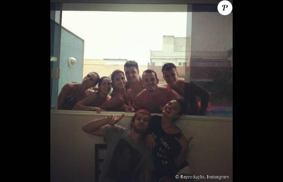 Isis Valverde posa com o namorado Tom e os amigos Daniele e Diego Hypólito na cobertura dos ginastas, no Rio, em 26 de janeiro de 2013