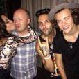 Anitta compartilhou foto beijando o social media do One Direction