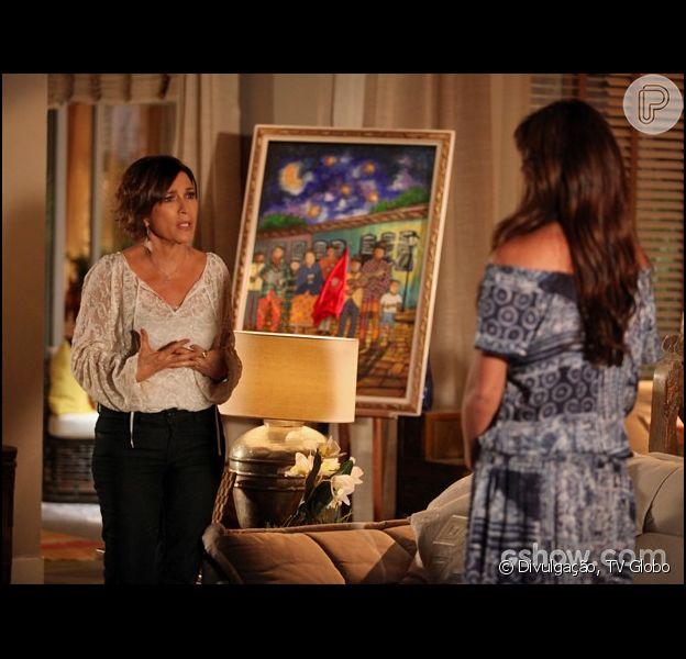Chica (Natália do Vale) pergunta se Clara (Giovanna Antonelli) está tendo uma relação homossexual com Marina (Tainá Müller), em 12 de maio de 2014, na novela 'Em Família'
