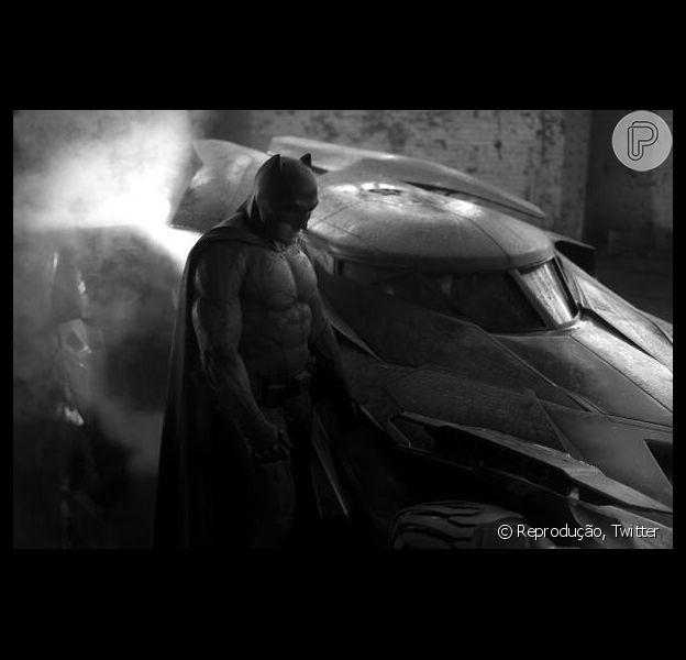 O diretor Zack Snyder divulgou a primeira imagem de Ben Affleck vestido como Batman