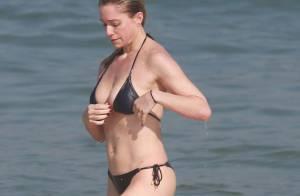 Letícia Spiller, aos 40 anos, exibe corpão de biquíni em praia do Rio