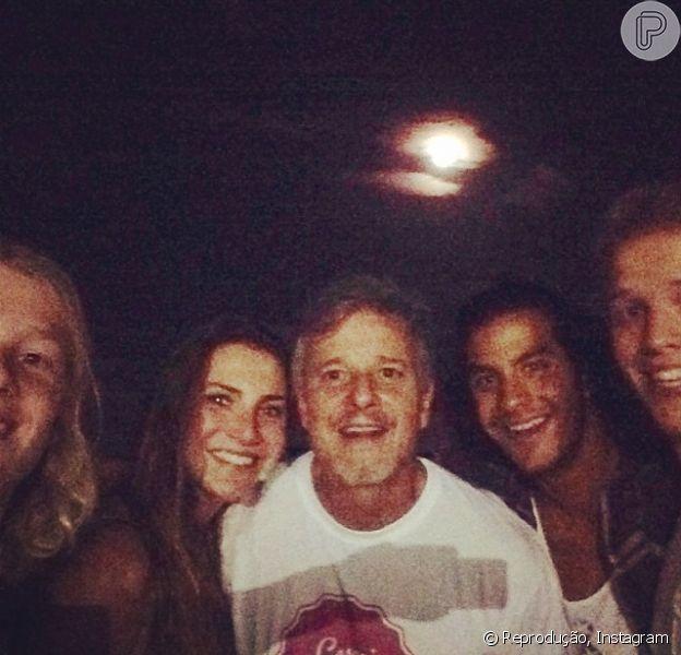 Marcello Novaes viajou para a Bahia com a namorada, Camila Lamoglia, e o filho Pedro  para assistir ao show da Banda Fuzz
