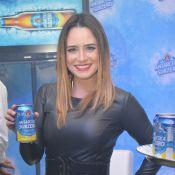Fernanda Vasconcellos, de short curto, curte show do Aviões do Forró em Recife