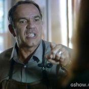 'Em Família': Virgílio explode em briga com Helena. 'Cansei! Pra mim chega!'