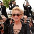 Sharon Stone vai de óculos escuros no tapete vermelho da premiére de 'The Search' no Festival de Cannes 2014