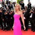 Lara Stone veste Calvin Klein no tapete vermelho da première de 'The Search' no Festival de Cannes 2014