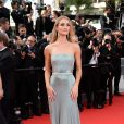 Rosie Huntington-Whiteley veste Gucci no tapete vermelho da premiére de 'The Search' no Festival de Cannes 2014