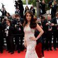 Aishwarya Rai veste Roberto Cavalli no tapete vermelho da première de 'The Search' no Festival de Cannes 2014
