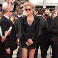 Aos 56 anos, Sharon Stone chegou ao evento de óculos escuros e usando um look curtinho, deixando as pernas à mostra
