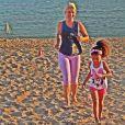 Alicia acompanha a mãe Samara Felippo, até durante os exercícios físico