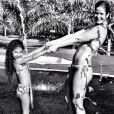 Samara Felippo curtiu as férias ao lado das filhas em um parque aquático