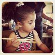 Alicia, filha de Samara Felippo, mostrando que tem talento para culinária japonesa