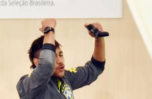 Copa do Mundo: Neymar e Fred jogam videogame após se apresentarem à Seleção