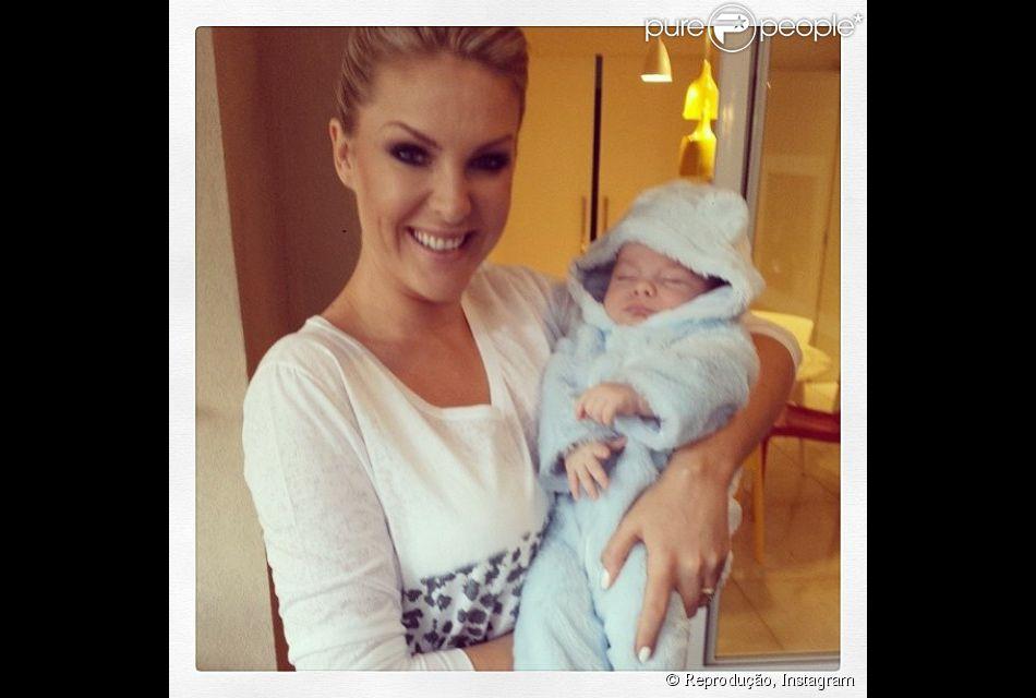 541517d3d91f9 Ana Hickmann publicou foto paparicando o filho
